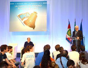 Sergio Mattarella risponde alle domande dei ragazzi del Sermig all'Arsenale della Pace (foto Ansa)