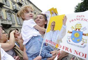 Torino, 22 giugno 2015. L'ultimo saluto a papa Francesco è dei bambini e degli adolescenti degli oratori estivi. Foto Reuters.