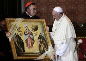 Il cardinale Puljic accoglie Bergoglio alla Chiesa del Sacro Cuore di Sarajevo.