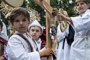 Torino, domenica 14 giugno. Un momento della sfilata delle Confraternite giunte in città da tutta Italia in pellegrinaggio per la Sindone. Foto di Paolo Siccardi/Sync.
