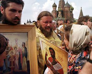 Sacerdoti e fedeli ortodossi nella Piazza Rossa, a Mosca. Foto Reuters.