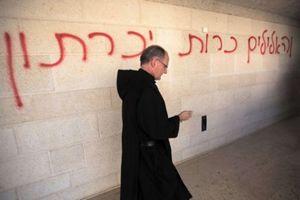 Le scritte sul muro della chiesa della moltiplicazione dei pani e dei pesci.