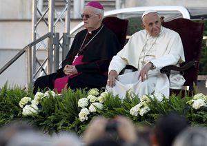 Torino, domenica 21 giugno 2015. Papa Francesco con l'arcivescovo di Torino, monsignor Cesare Nosiglia. Foto Reuters.