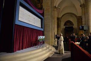 Torino, domenica 21 giugno 2015. Papa Francesco davanti alla Sindone, dopo aver sostato a lungo raccolto in preghiera. Foto Ansa.