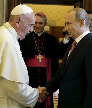 L'incontro tra papa Francesco e Vladimir Putin (Reuters).