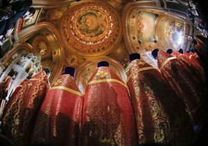Celebrazione della Pasqua ortodossa a Mosca, nella Cattedrale di Gesù Salvatore, nella notte tra il 19 e il 20 aprile 2014. Foto Reuters