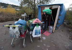 Una donna in un campo nomadi (Reuters).