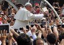 La carezza del Papa alla Sindone «icona dell'amore di Dio»