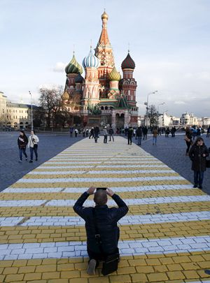 Mosca, 17 aprile 2015. Un turista fotografa la Cattedrale di San Basilio. Foto Reuters.