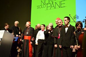 Da sinistra: monsignor Sequeri, il cardinale Scola, il cardinale Bagnasco, il cardinale Ravasi e monsignor Becciu con i ragazzi dell'Orchestra Esagramma (foto F. Scaglione).