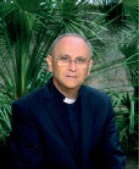 Mons. Vito Angiuli è Vescovo della diocesi di Ugento-S. Maria  di Leuca e presidente della Commissione Cei sui laici.