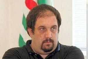 Don Davide Schiavon, direttore della Caritas di Treviso. In copertina: le proteste dei residenti a Quinto di Treviso.