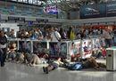 Caos Fiumicino, dopo l'incendio il blackout. Urla, tensioni e passeggeri in attesa