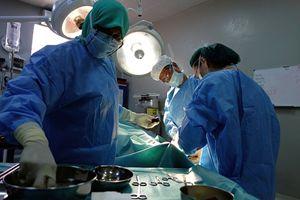 Un team chirurgico di Medici senza frontiere in sala operatoria.