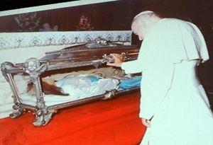 Nettuno, 1969: papa Giovanni Paolo II in preghiera davanti alle spoglie di Santa Maria Goretti