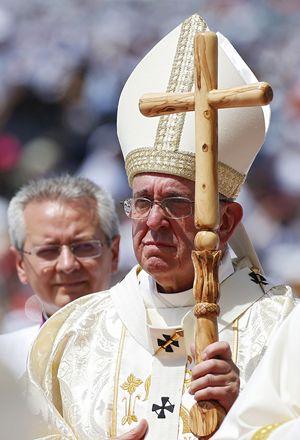 Il pastorale di legno usato da papa Francesco in Ecuador. Foto Reuters.