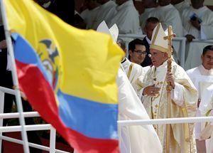 Papa Francesco a Guayaquil in Ecuador, con il pastorale di legno. Foto Reuters.