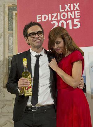 Nicola Lagioia con la moglie, a cui ha dedicato la vittoria. In alto: lo scrittore alla premiazione.