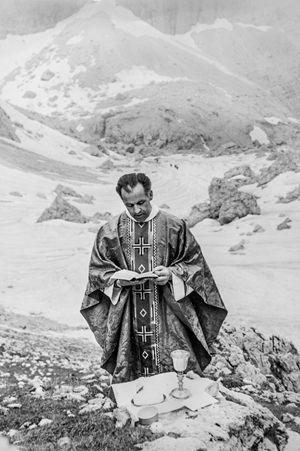 Don Erminio, da giovane,  mentre celebra la messa in montagna