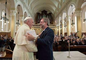 L'abbraccio tra papa Francesco e il pastore valdese Eugenio Bernardini.