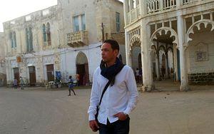 Il giornalista Vittorio Longhi, uno dei tre firmatari della petizione insieme a don Mussie Zerai e all'avvocato Anton Giulio Lana, durante la sua visita in Eritrea, nel 2014. Nella foto si trova a Massawa.