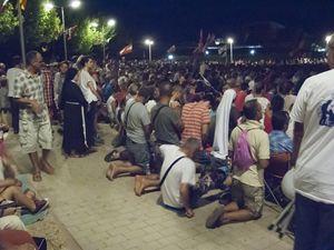 Pellegrini in ginocchio durante l'adorazione del Santissimo Sacramento (foto Ugo Zamborlini per Famiglia Cristiana)