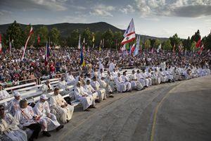La Messa sulla spianata dietro la chiesa di San Giacomo con le bandiere dei giovani (foto Ugo Zamborlini)