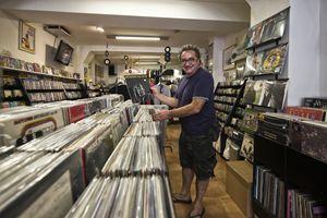 Stefano Corghi nel suo negozio di dischi a Reggio Emilia (foto di Ugo Zamborlini)