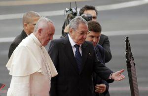 Cuba, sabato 19 settembre: il presidente Raul Castro accoglie papa Francesco. Foto Ansa. La fotografia di copertina è, invece, dell'agenzia Reuters.