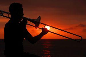 Si suona e si balla dal tramonto all'alba sul Malecon, il lungomare di Cuba. Tutte le foto di questo servizio sono dell'agenzia Reurters.