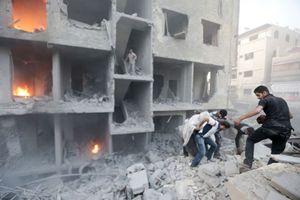 Gli effetti dei bombardamenti su un sobborgo di Damasco (Reuters).