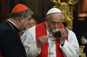 21 marzo 2015, lo scioglimento del Sangue di San Gennaro durante la visita di papa Francesco a Napoli