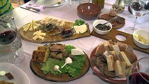 Uno dei piatti che si servono nel ristorante di Altin Prenga. In copertina: un primo piano dello chef.