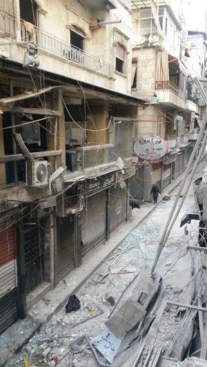Una delle srtrade di Aziziyeh, il quartiere cristiano di Aleppo, colpite dai recenti bombardamenti dei ribelli.