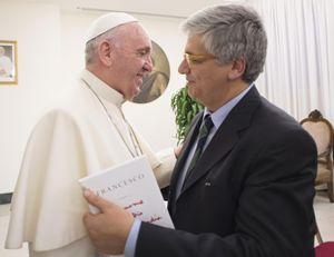 Il giornalista Andrea Tornielli consegna il libro al Papa. Foto Ansa.
