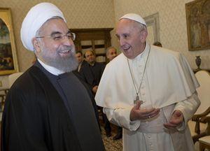 Papa Francesco e Hassan Rouhani. Foto Ansa.