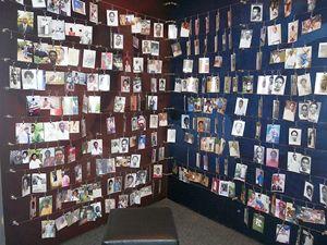 Un particolare del Memoriale del Genocidio di Kigali, la capitale ruandese. In questa stanza del museo sono appese le foto delle vittime. E coprono intere pareti.