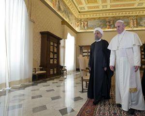 Il presidente iraniano Rouhani con papa Francesco (Reuters).