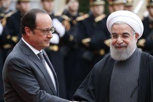 Il presidente francese Hollande con il presidente iraniano Rouhani (Reuters).