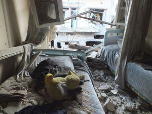 Qui sopra: una casa distrutta ad Homs. Sopra: un soldato dell'esercito siriano nella città assediata di Madaya. In copertina: immagini di un altro attentato effettuato presso il mausoleo sciita di Sayyida Zeinab, a Sud di Damasco. Tutte le foto sono dell'agenzia Reuters.