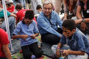 Antonio Guterres tra due giovani scappati dalla Siria nell'isola greca di Lesbo. Foto: archivio Unhcr.