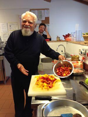Enzo Bianchi, il priore della comunità di Bose, nella cucina del monastero. In alto: nell'orto con carlo (Carlìn) Petrini, fondatore e animatore di Slow Food (foto di Nino Leto per Famiglia Cristiana).