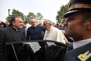 Da sinistra: monsignor Domenico Pompili, vescovo di Rieti, accoglie papa Francesco in visita privata tra i terremotati nelle zone colpite dal sisma. Foto Ansa.
