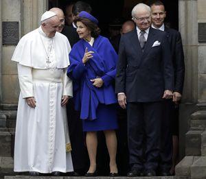 Da sinistra: papa Francesco, la regina Silvia e il re Carlo XVI Gustavo. Foto: Ansa.