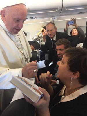 Lunedì 31 ottobre 2016. Papa Francesco in volo da Roma a Malmö. Foto di Annachiara Valle.