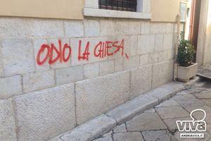 La scritta sulla Casa d'accoglienza (foto da Andriaviva.it)