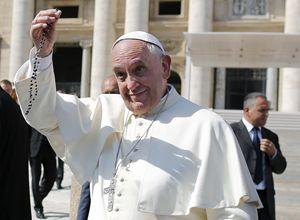Papa Francesco in una foto d'archivio, scattata il primo ottobre 2014. In alto: alla veglia per il Giubileo mariano, sabato 8 ottobre 2016. Tutte le immagini di questo servizio sono dell'agenzia Reuters.