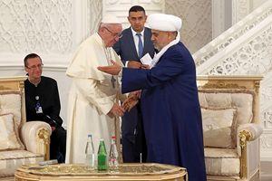 Il benvenuto del Grand Mufti Allahshukur Pashazade a Papa Francesco all'incontro presso la moschea di Heydar, a Baku. In copertina, l'incontro con il Presidente della Repubblica dell'Azerbaijan Ilham Aliyev.