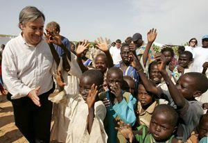 Qui sopra e in alto: Antonio Guterres con migranti, profughi e rifugiati (foto Reuters). La foto di copertina è dell'agenzia Ansa.