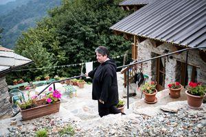 Suor Paolo Biacino nel suo eremo a Pra 'd Mill, in Piemonte. Il servizio fotografico è di Matteo Montaldo.